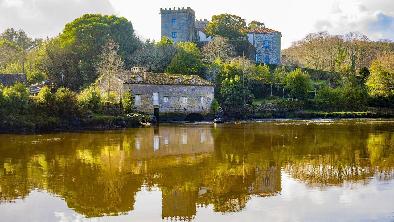 Así se vivió la primera jornada de la temporada de pesca fluvial en Galicia.El primer mercado dominical del año en Carballo se vio afectado por las restricciones.