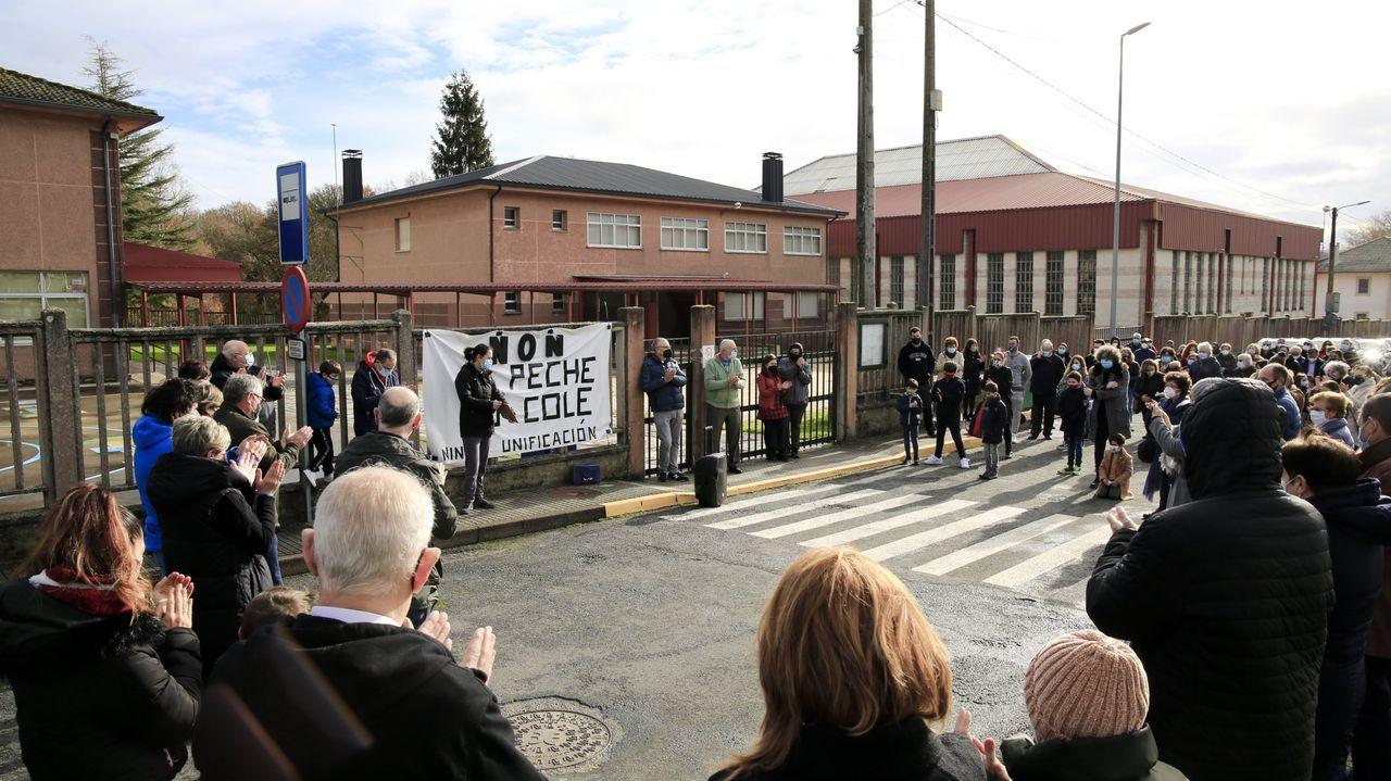 Una de las concentraciones de padres y alumnos frente al colegio para evitar el cierre