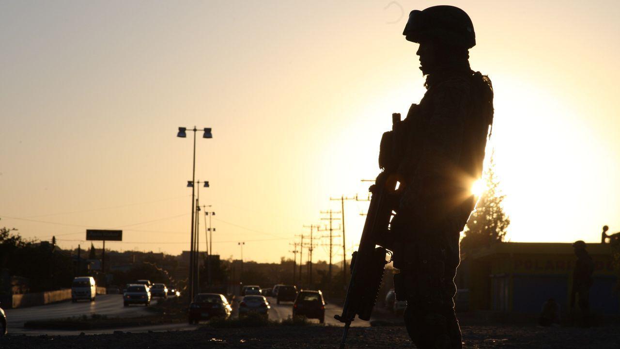 Un agente de la Policía Federal de México patrulla la zona fronteriza de Ciudad Juárez con Estados Unidos