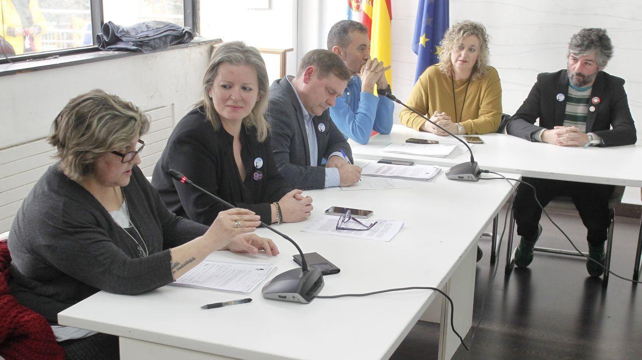El presidente de la Xunta, el conselleiro de Industria, representantes del comité de Alcoa San Cibrao y los alcaldes de Xove y Cervo se reunieron este lunes en la Casa do Mar de San Cibrao
