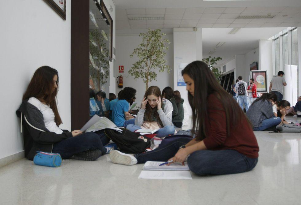 Jóvenes preparan la selectividad en el edificio jurídico-empresarial del campus ourensano.