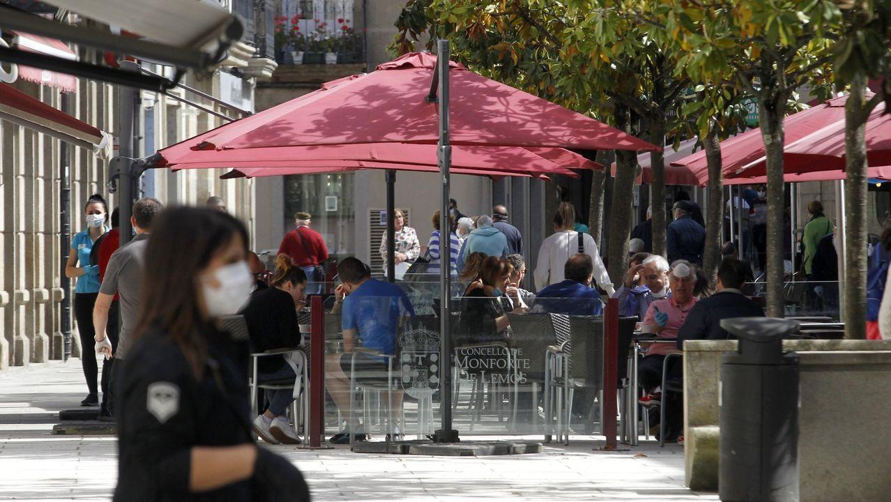 Un paseo en globo para combatir el calor.Las terrazas de la zona peatonal recuperan poco a poco la imagen habitual de los meses de verano