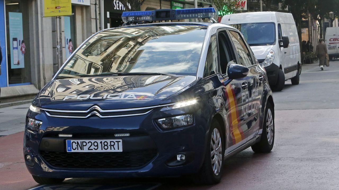 Fotografía de archivo de dos vehículos de la Policía Nacional