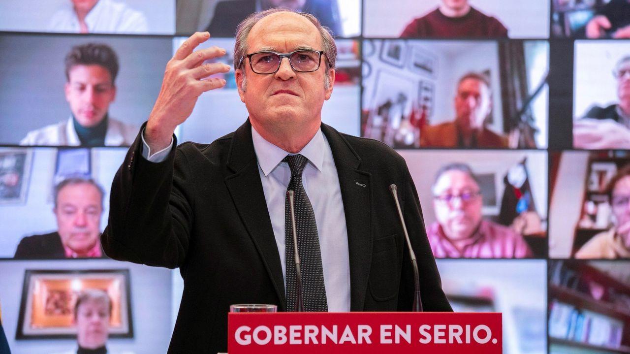 El líder de Vox, Santiago Abascal, y la candidata a la Presidencia de Madrid, Rocío Monasterio, saludan a su llegada este jueves a un acto del partido en Vicálvaro (Madrid)