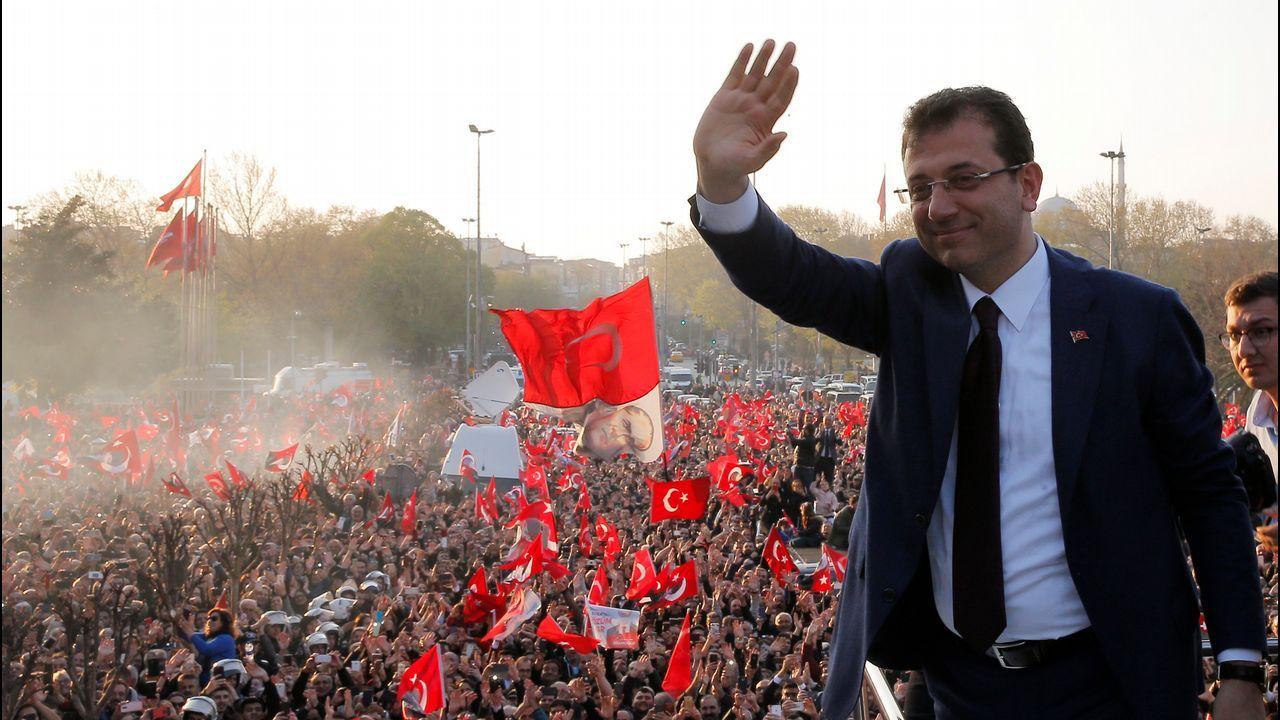 Ekrem Imamoglu asumió con un discurso conciliador el cargo de alcalde