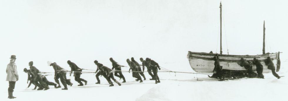Los efectos de las inundaciones en Georgia.<span lang= es-es >Prisión blanca</span>. El «Endurance», atrapado en el hielo del mar de Weddell, en la Antártida. Traslado del «James Caird» a una zona más segura. La tripulación despide a Shackleton, que parte de Isla Elefante en el «James Caird» en busca de ayuda, el 24 de abril de 1916.