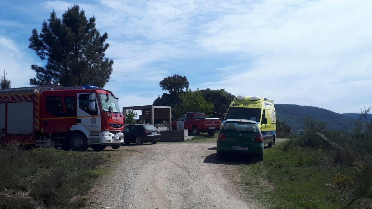 Primer adelanto de  Live is Life .Vehículos de los bomberos y de los servicios sanitarios en la zona de Pena do Castelo, en Sober