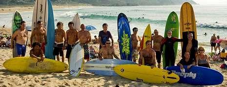 Como es tradición todos los veteranos pillan olas juntos en las aguas del arenal de Doniños.