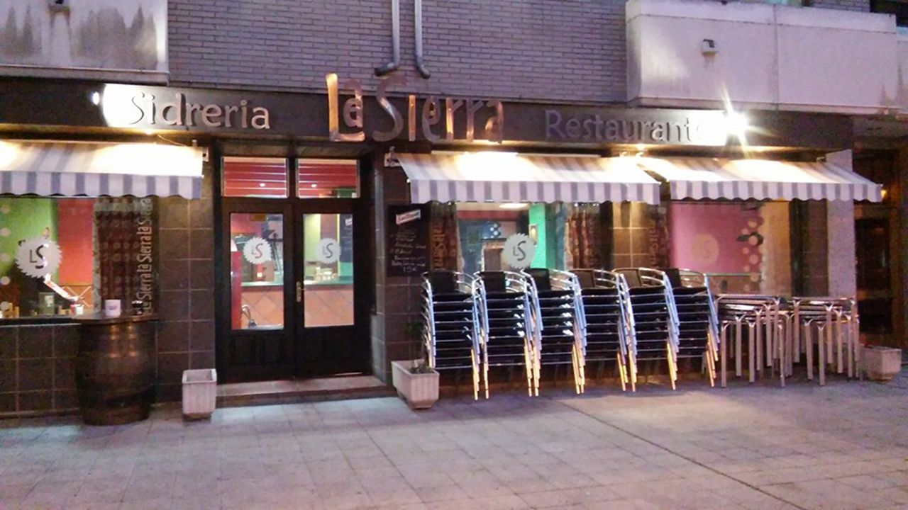 Así celebra IKEA el Día de Asturias.Fachada de la sidrería La Sierra, en Lena