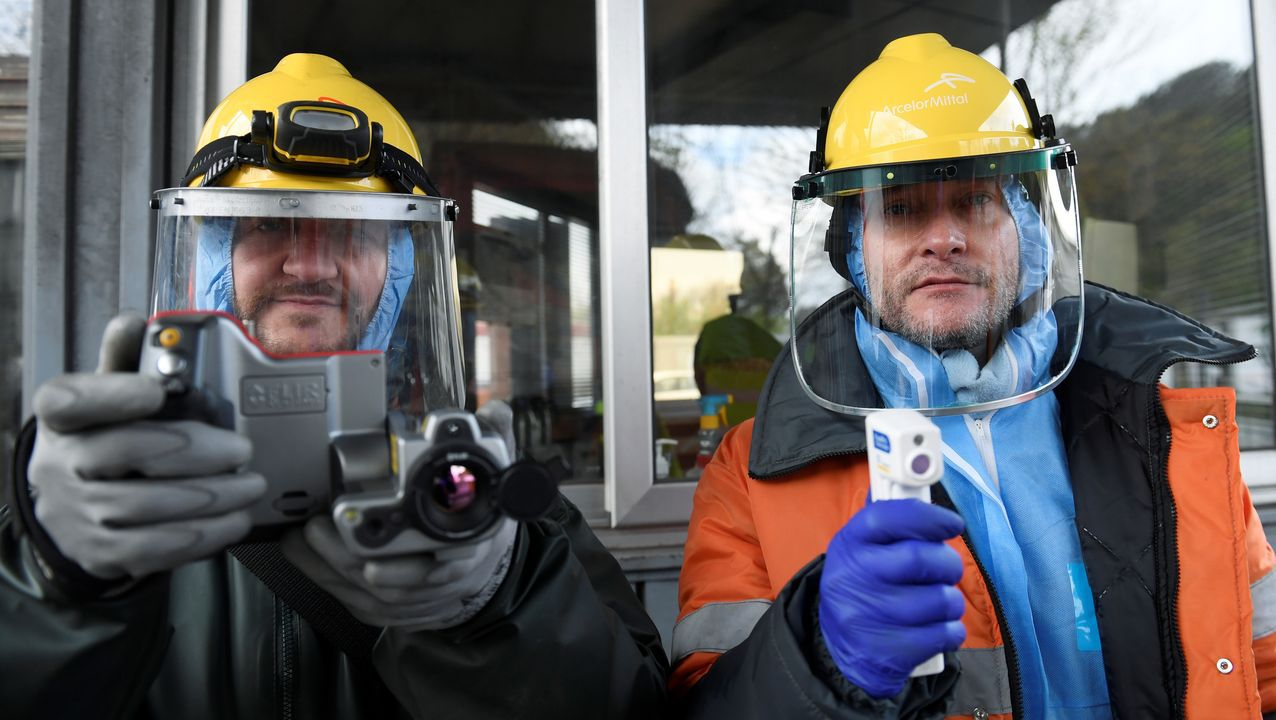 Trabajadores de ArcelorMittal con una cámara térmico y un termómetro digital