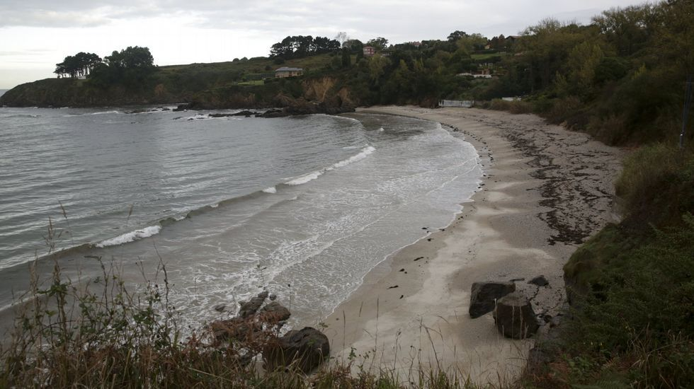 Playa de Retorta, en Boiro.Playa Naval, en Oleiros