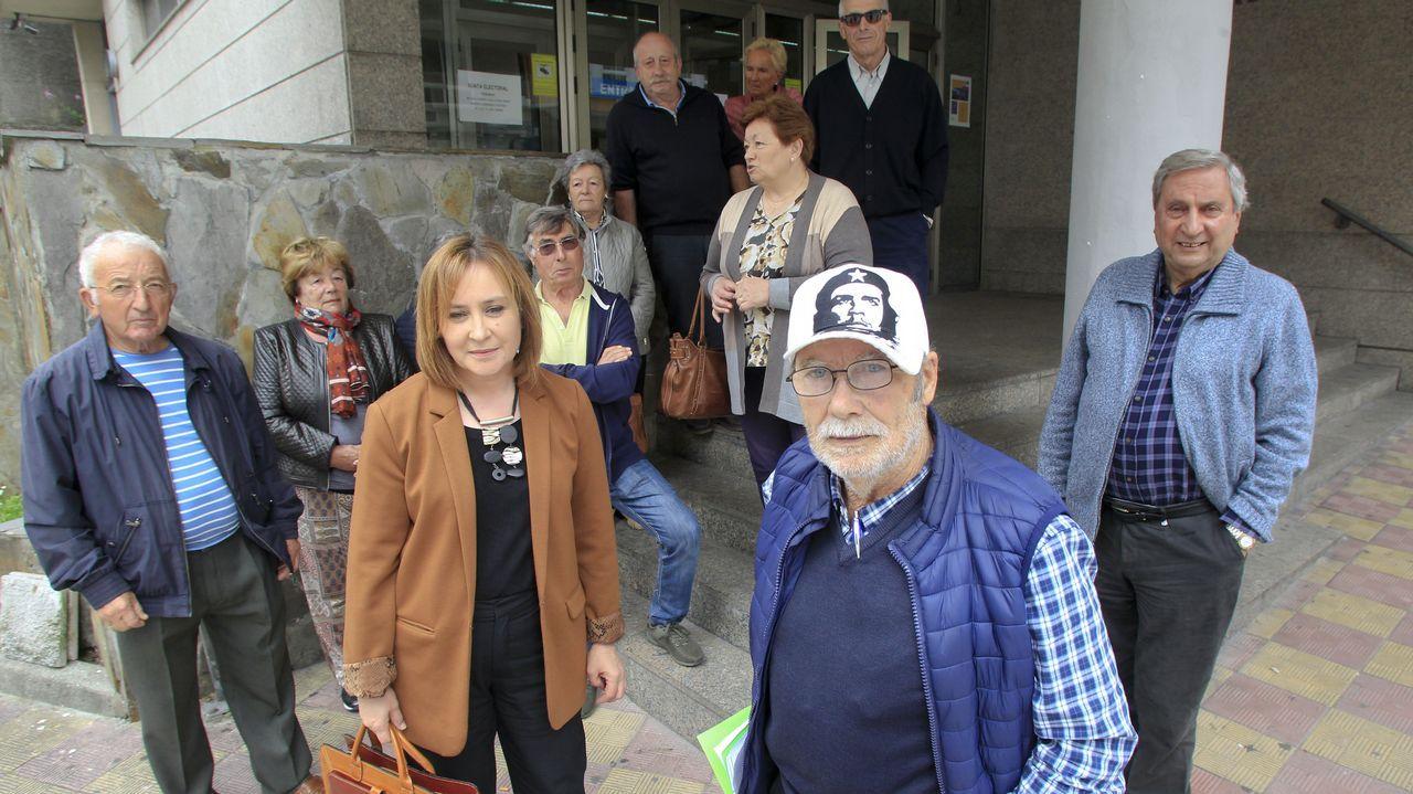 La PAH paraliza un desahucio en Oviedo.Los protestantes junto con la familia delante de la Consejería de Servicios y Derechos Sociales