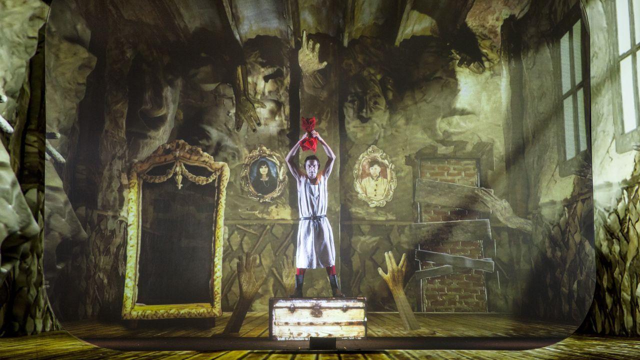 Albert Pla, solo en el escenario, en uno de los momentos de espectáculo multimedia «Miedo»