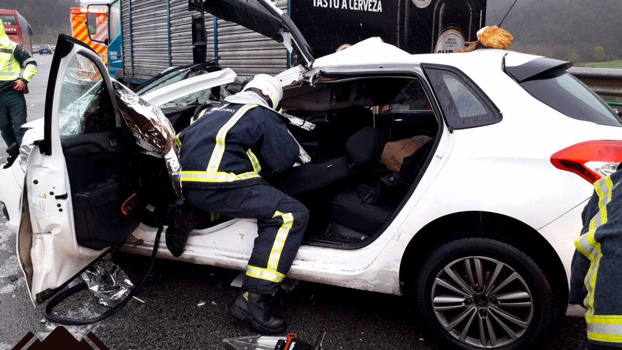Un efectivo del SEPA interviene en el automóvil accidentado en la «Y» en Gijón