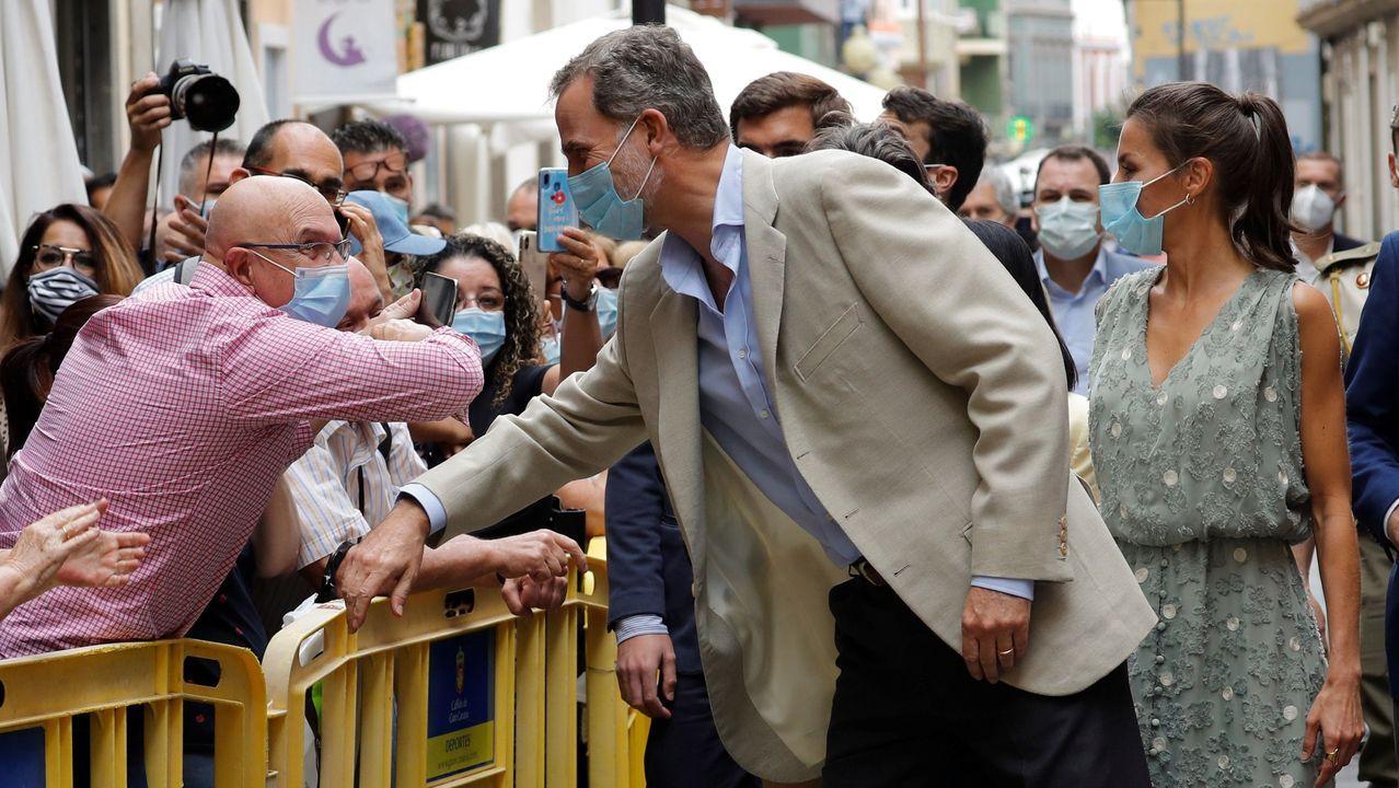 Los reyes saludan a un hombre rozando los codos durante su visita a Las Palmas