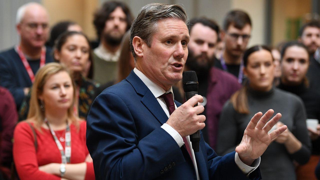 El único varón aspirante a suceder a Corbyn es el favorito entre los diputados y las bases laboristas
