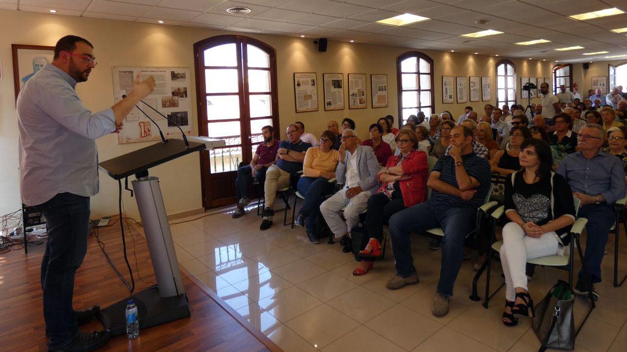 La alcaldesa de Avilés, Mariví Monteserín.Adrián Barbón interviene en Avilés, ante la atenta mirada de Mariví Monteserín