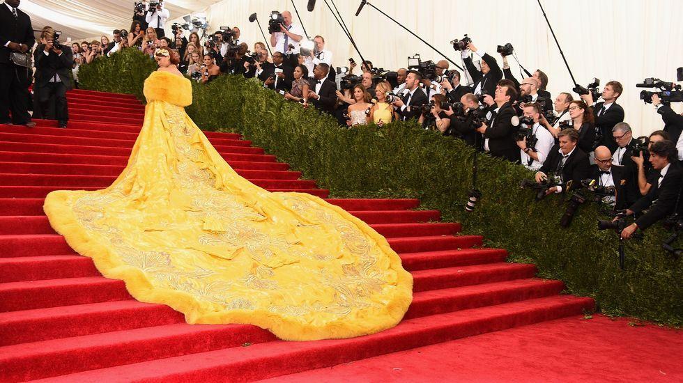 Rihanna con un diseño en amarillo de Guo Pei