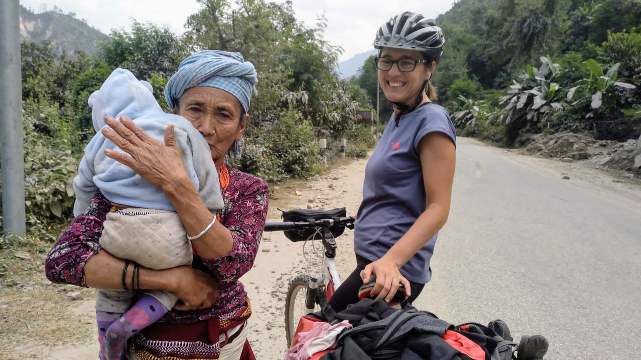 Así se recorre Nepal en bibi.Trabajadores del Ministerio de Salud revisan la temperatura de pasajeros provenientes de un vuelo de España el 2 de marzo