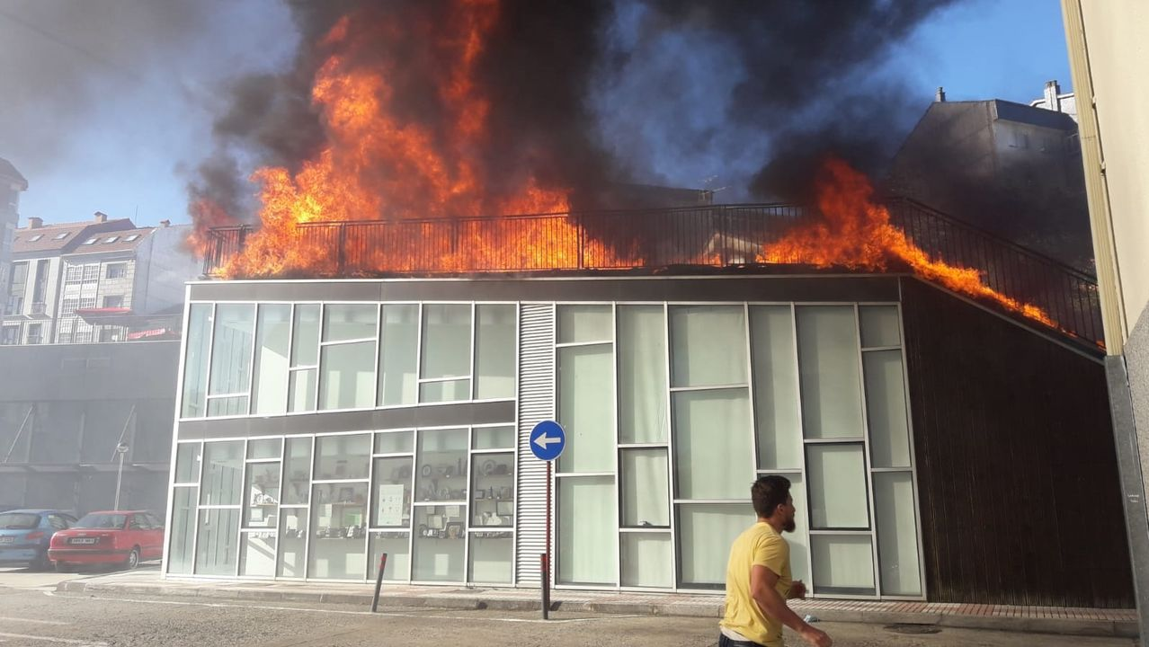 El fuego se propagó con rapidez por la tarima de madera que cubre el edificio del auditorio