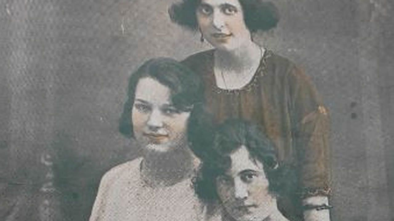 Portada de Eco de Galicia de 1921: en la imagen, Clenita L. Villar, cubana; Candita Soto, gallega; Carmen López, argentina.