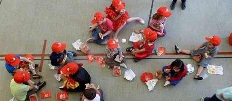 Medio centenar de niños participaron en «Ponlle as pilas ao teu bocata» en el pabellón de Touro.