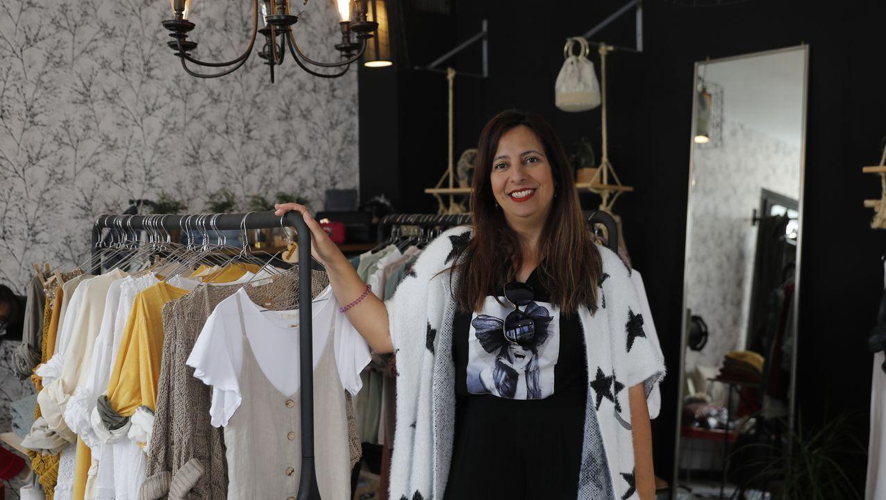 Roseta Miguélez, en su tienda Momo situada en la rúa da Paz