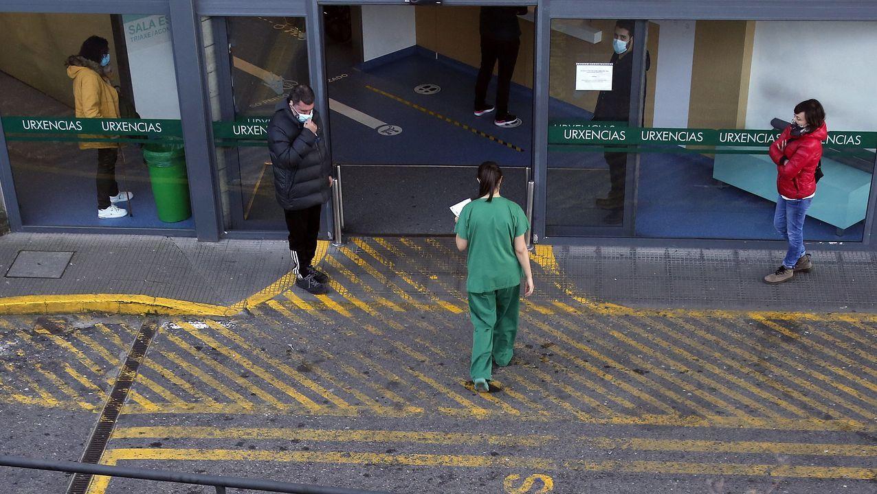 Así se está desarrollando el cribado de O Vao.Entrada de urgencias del hospital Montecelo, en Pontevedra, centro en el que este martes hay 56 pacientes covid en planta y 11 graves en las unidades de críticos