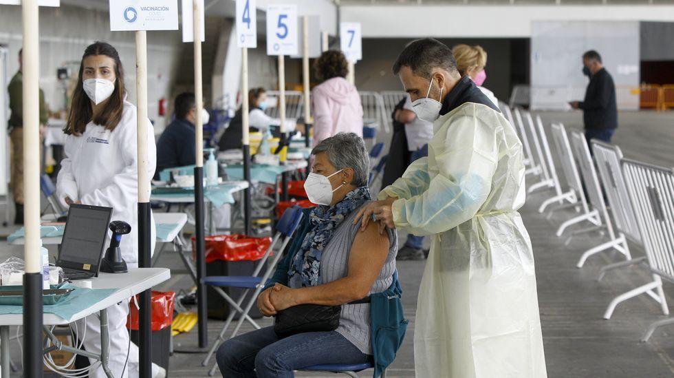 Vacunación masiva en domingo en el recinto ferial de Pontevedra.Calle Real, en A Coruña, vacía por el toque de queda.