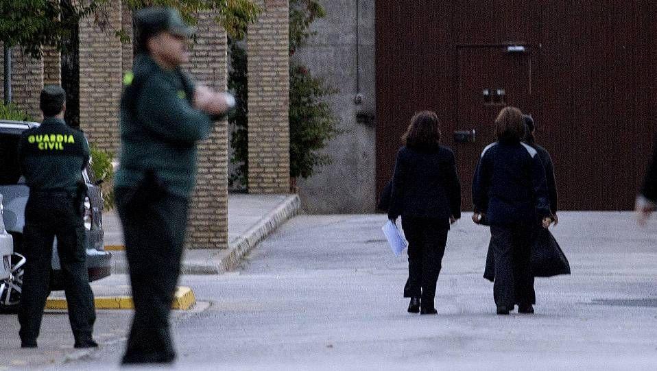 Pantoja, entrando en prisión entre dos funcionarias
