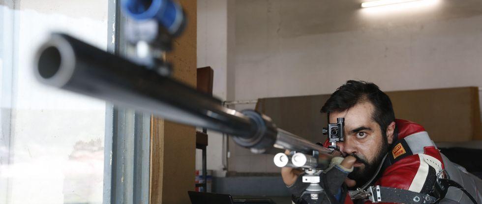 El tirador olímpico entrena varios días a la semana en Cernadiñas, único campo de tiro en Pontevedra.