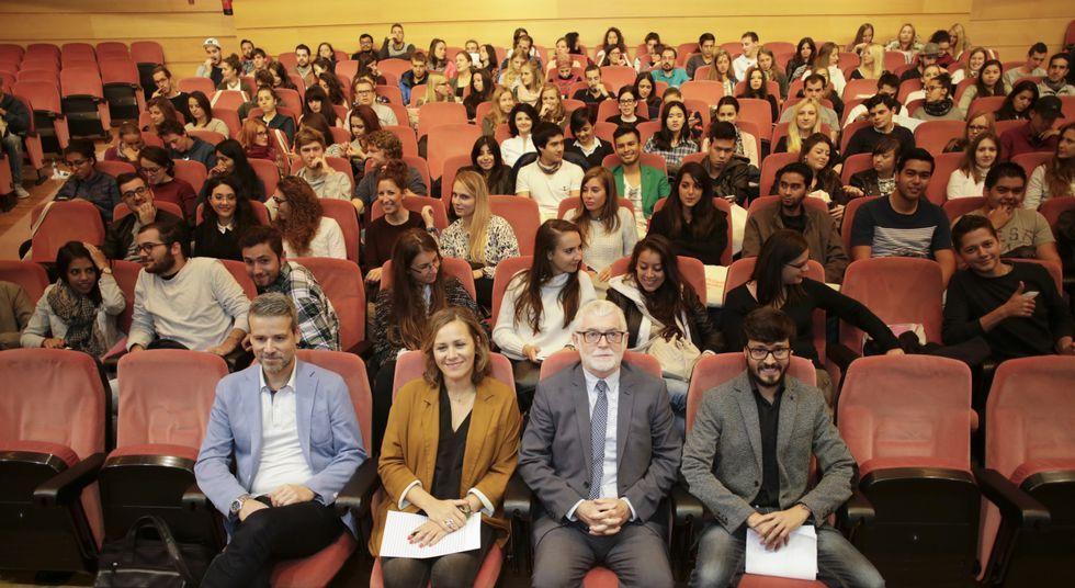 El rector y la vicerrectora de Relaciones Internacionales, en el centro, durante la sesión.
