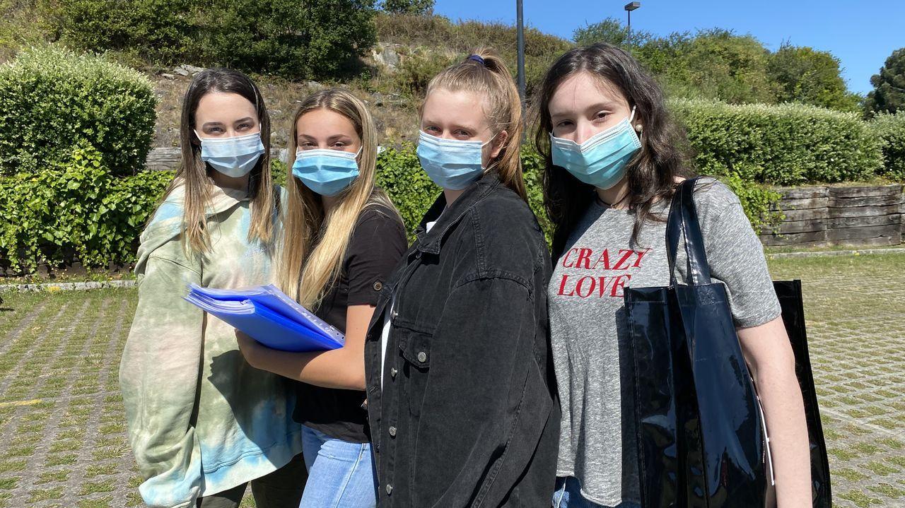 Calle Clerigos Lugo.Iria Durán, Claudia Fernández, Érika Castro y Elba Forján, satisfechas tras su primer examen de la ABAU