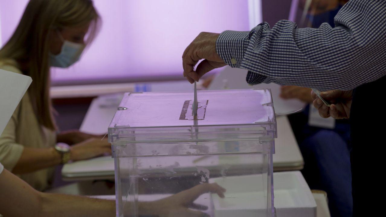albumc.Gente votando en un colegio electoral de A Coruña