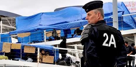 Los refugiados bloquean desde el miércoles la pasarela tras impedirles viajar al Reino Unido.