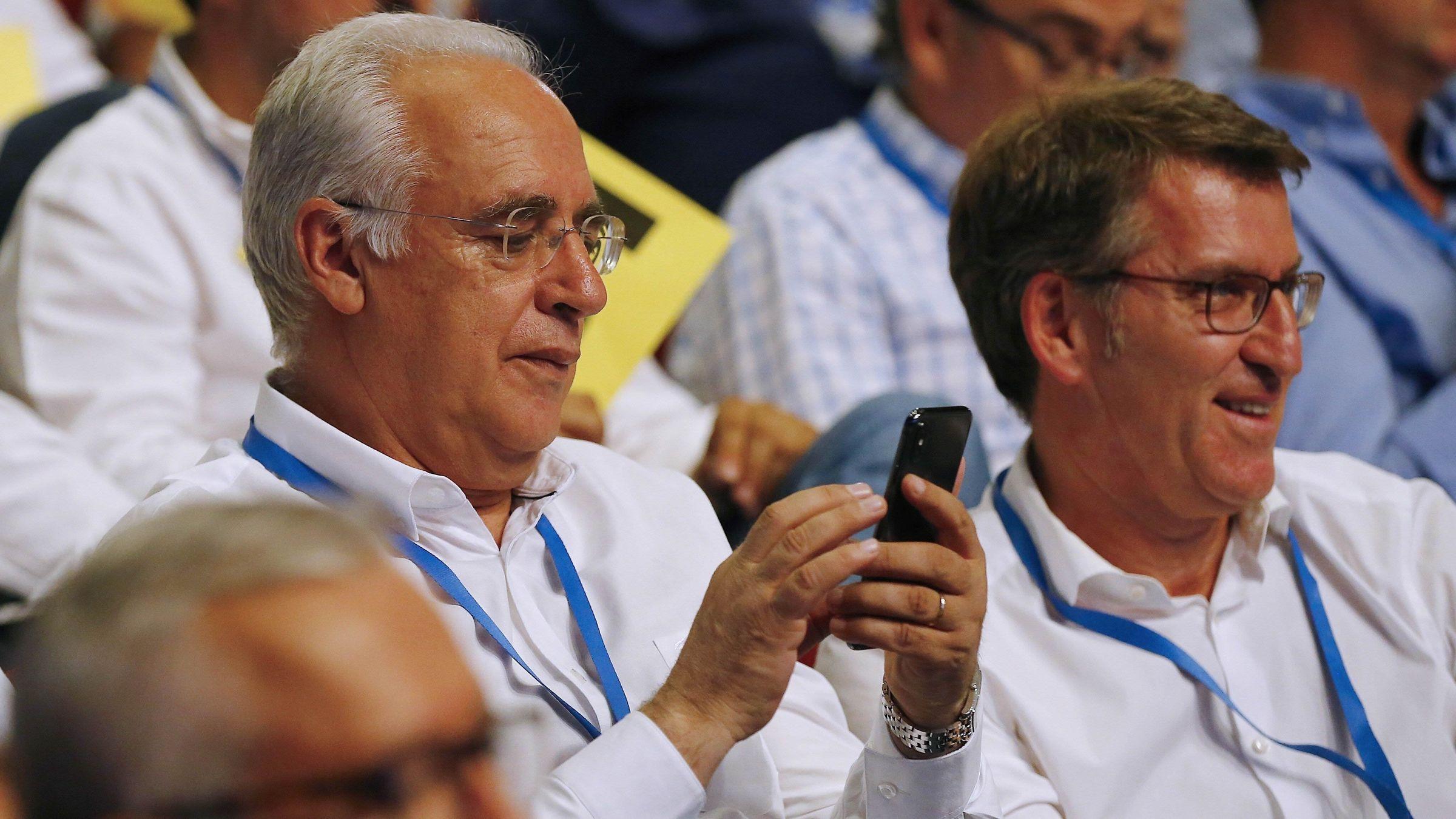 Casado promete una integración plena de Sáenz de Santamaría y su equipo.Pablo Álvarez-Pire y Reyes Fernández Hurlé