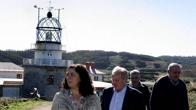 Los faros de Ortegal y Ferrolterra.Las construcciones de la base, operativa de 1961 a 1991, han sido desvalijadas y destrozadas.
