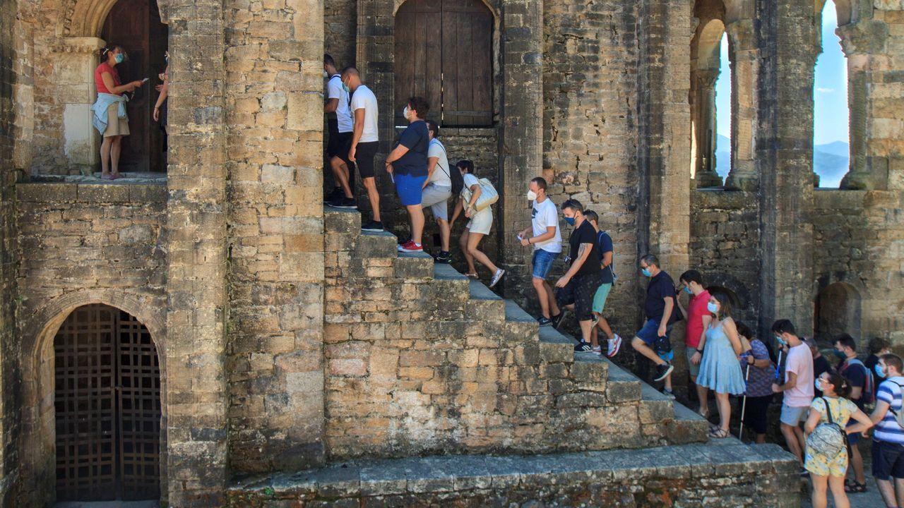 Grupos de turistas en el exterior del monumento prerrománico de Santa María del Narancos, a cuatro kilómetros de Oviedo