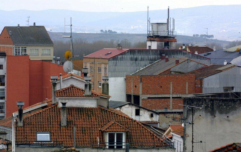 Antenas de telefonía móvil entre los tejados del centro de Monforte.