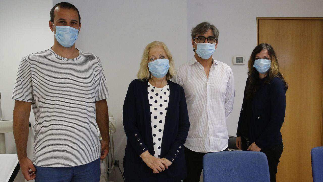 La falta de mascarilla, a pie de calle.Olivera (la segunda por la izquierda) junto a sus dos hijos y el doctor González Rivas.