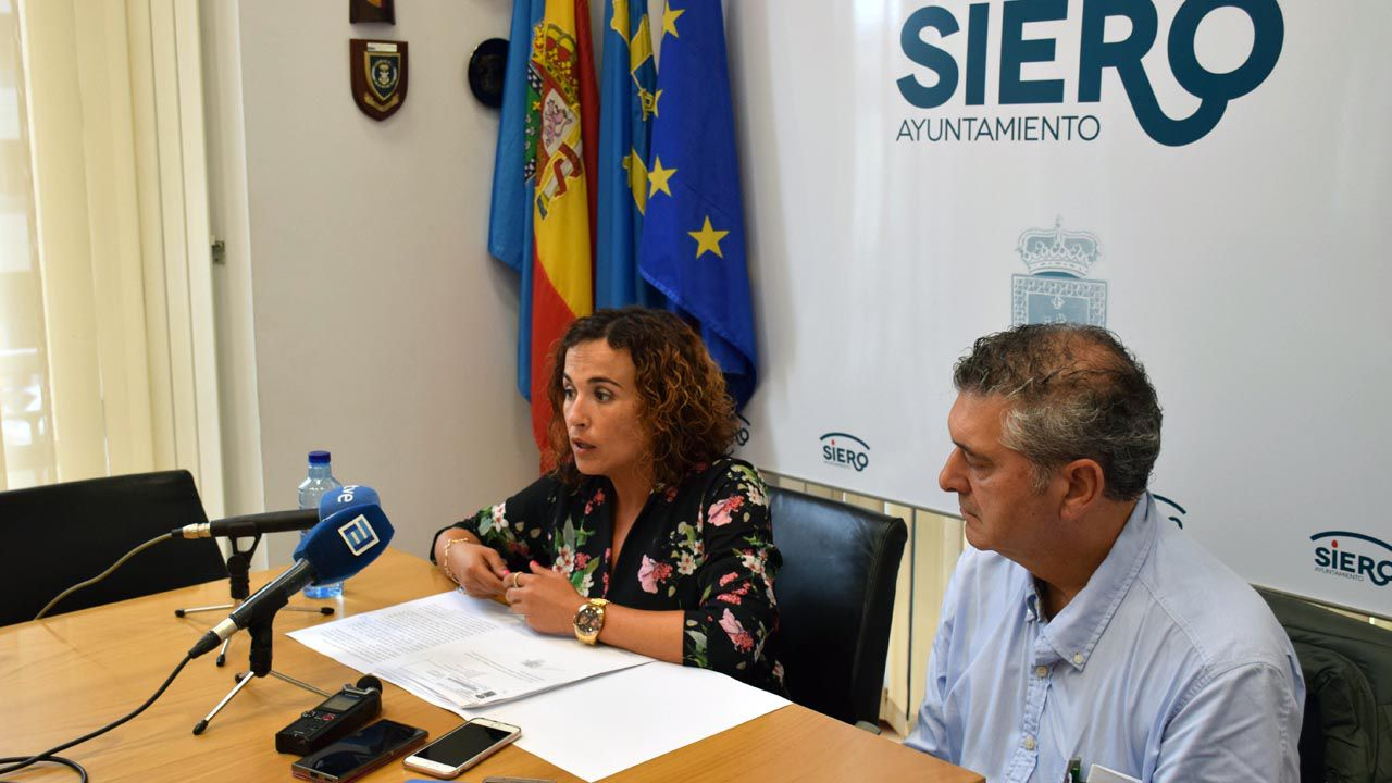 Consternación por la muerte de la golfista Celia Barquín.Los concejales del PSOE de Siero, Noelia Macías y César Díaz