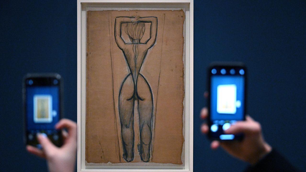Dos aficionados fotografían con sus móviles uno de los estudios preparatorios de Picasso para «Les demoiselles d'Avignon» que integra la exposición londinenese