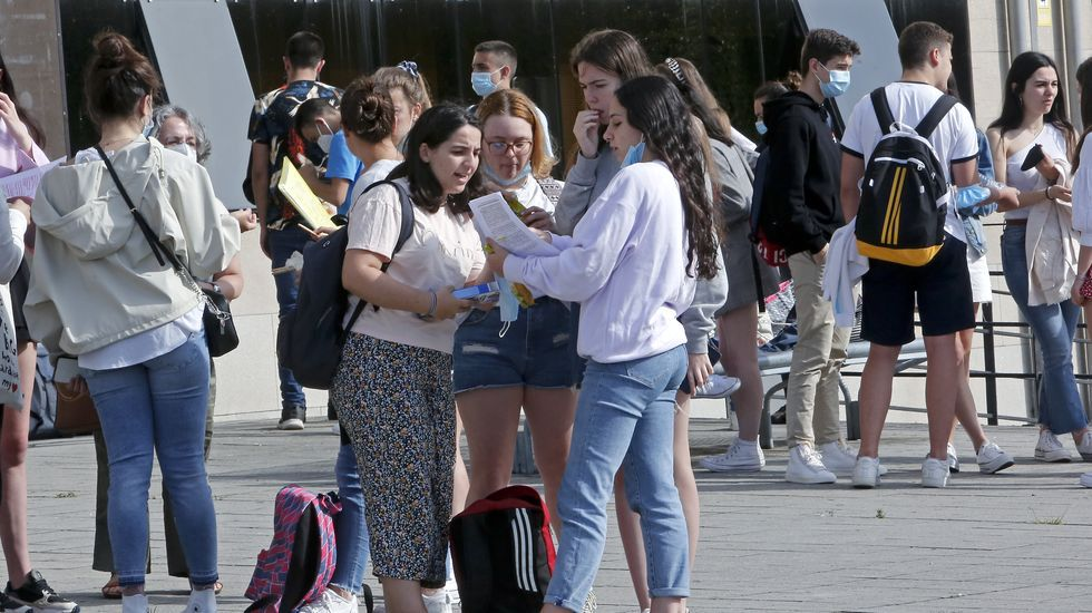 Los cinco espacios que se podrán visitar.Un grupo de estudiantes que ayer acudieron a los exámenes de la ABAU