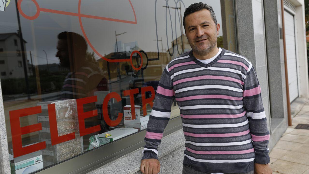 Juan Martínez, de Electromariña 2007, empresa de Xove que emplea a cuatro personas