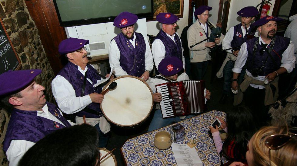 Arzúa y Touro dan la bienvenida al carnaval y Vedra celebra su entroido municipal.Lluvia en las calles de Santiago