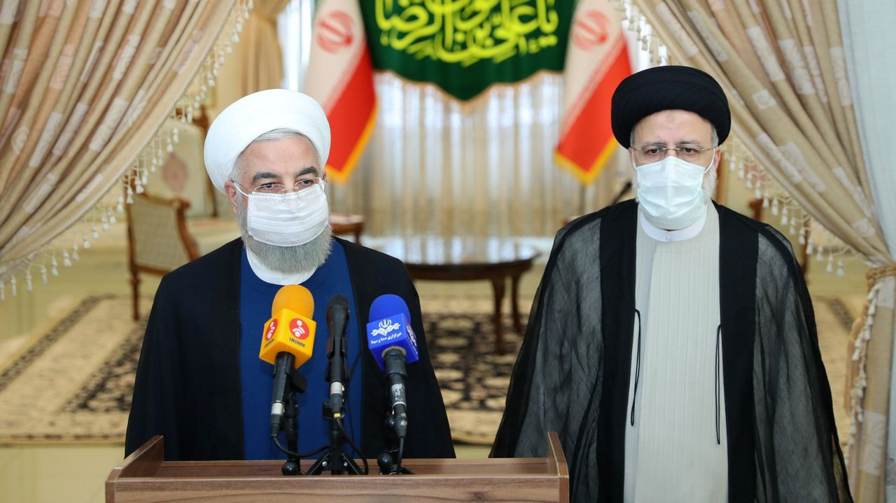 El presidente saliente de Irán (izquierda) Hassan Rouhani y el electo (derecha) Ebrahim Raisí durante una rueda de prensa