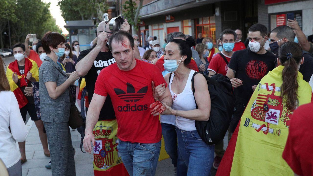 Bañistas en la playa de San Lorenzo de Gijón.Los enfrentamientos en las protestas del miércoles de Moratalaz se saldaron con un herido leve