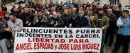 Vecinos, familiares y amigos de los imputados se concentraron en San Lázaro, en Santiago.