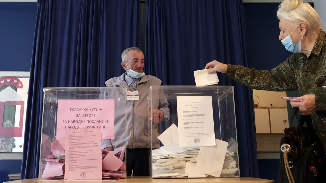 Una mujer introduciendo su voto en las elecciones de Serbia del pasado domingo
