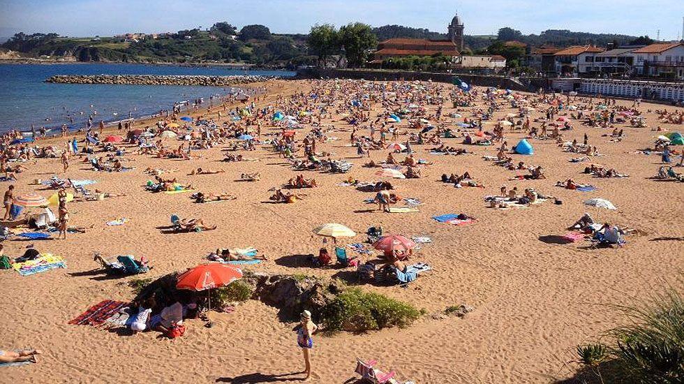 La playa de Luanco llena de bañistas.La playa de Luanco llena de bañistas
